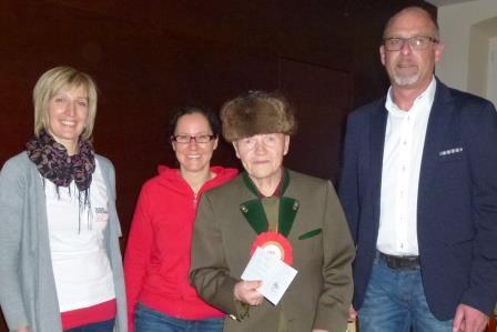 Martha Theurl/Geschäftsführung, Katrin Ortner/Leiterin der Tagesbetreuung und BM Bernhard Schneider mit dem Jubilar Hermann Unterweger